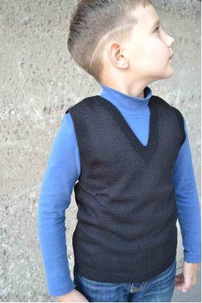 Вязаная жилетка для мальчика чёрная