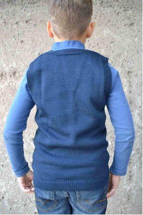Вязаная жилетка для мальчика темно-синяя